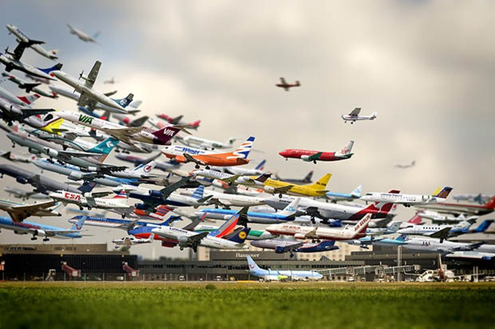 Five Hours of Airplane Landings Captured in 26 Seconds 1