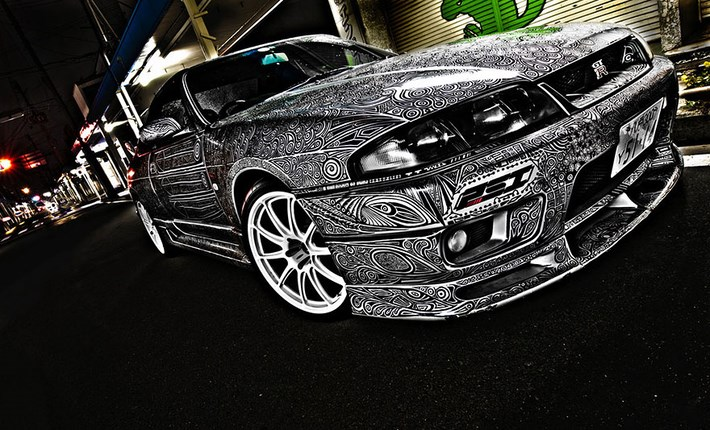 Draw_Doodles_with_Sharpie_Pen _on_Nissan_Skyline_GTR