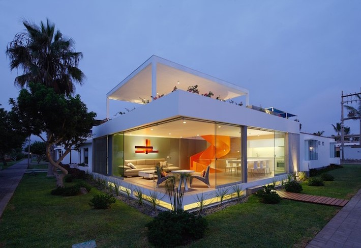 Modern Home Casa Blanca in Lima